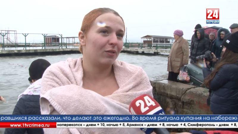 Ливень на Крещение: керчане, не решившиеся окунуться в море, подставили лица под дождь