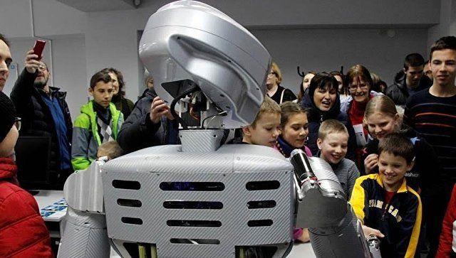 В Севастополе представили человекоподобного робота SAR-400