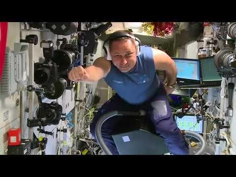 Крымский космонавт совершил полет на пылесосе в невесомости