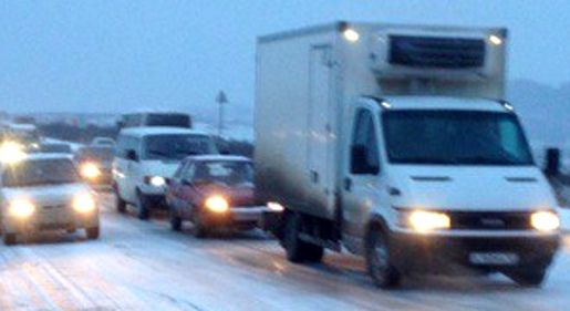 Навъезде вСимферополь из-за снегопада образовались многокилометровые пробки