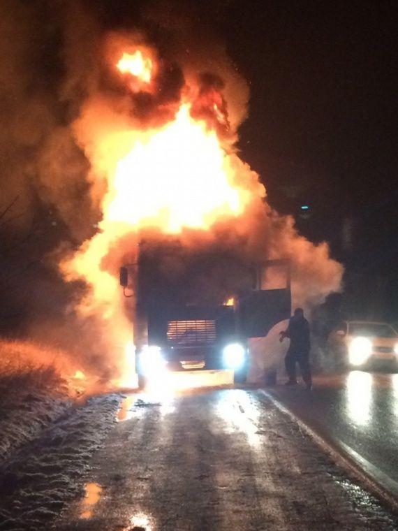 Фуру охватило пламенем на Керченской трассе