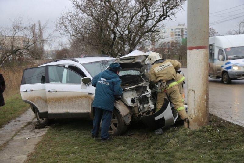 В Крыму сгорел грузовик, а девушка на иномарке протаранила столб