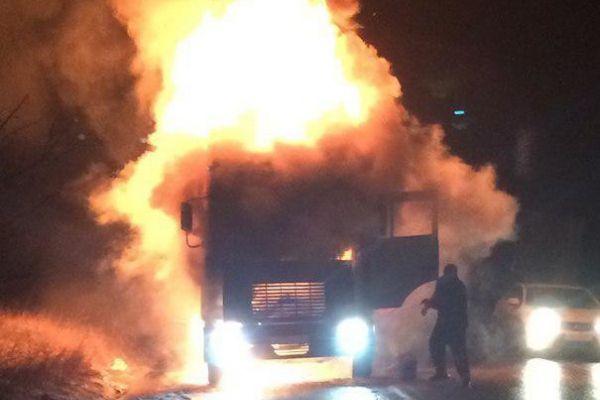 Ночью на крымской трассе водители безуспешно пытались потушить пылающую фуру