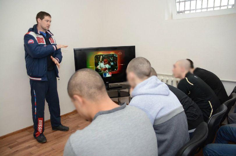 В крымском СИЗО подросткам рассказали о игре в софтбол