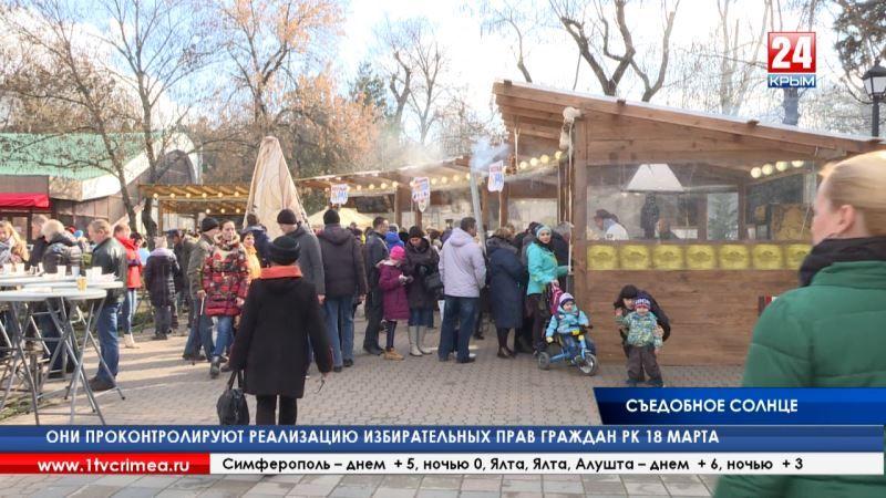 В центре Симферополя ели блины, покупали сувениры и мерялись силой, празднуя масленицу