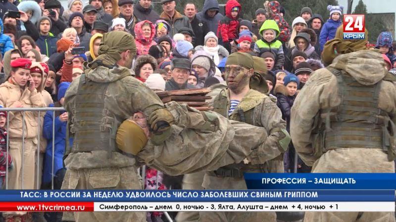 Военные и сотрудники МЧС в центре Симферополя показали, чем защищают Родину и спасают людей
