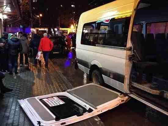 В Ялте пьяный водитель иномарки на скорости врезался в маршрутку