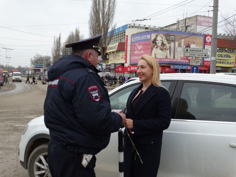 В Керчи действует «цветочный патруль» сотрудников ГИБДД
