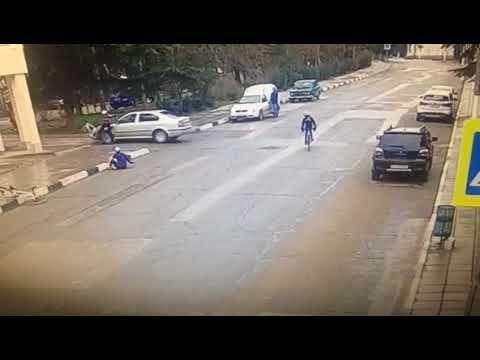 В Алуште водитель сбил велосипедистов, и отделался штрафом