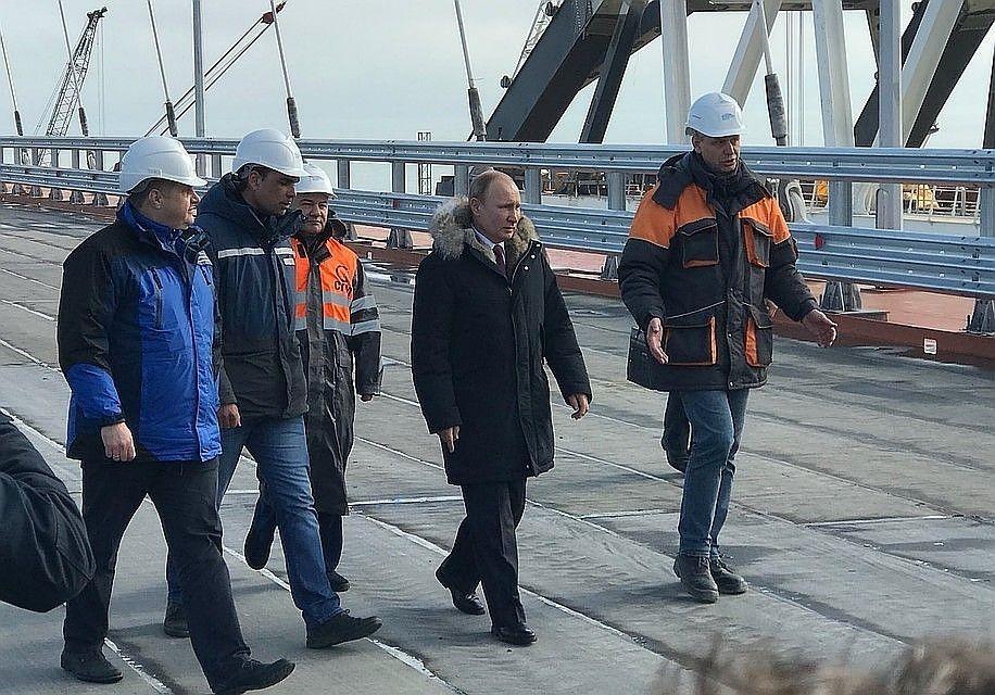 Строители пообещали Путину открыть Крымский мост досрочно