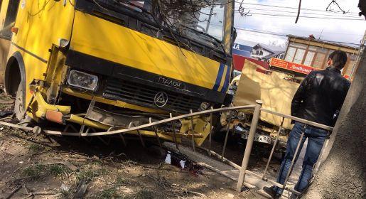 Авария с участием маршрутки и «Жигулей» спровоцировала огромную пробку на проспекте Победы в Симферополе