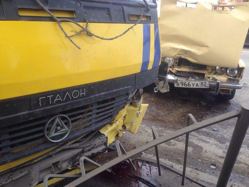 В Симферополе маршрутка в результате ДТП снесла забор: есть пострадавший