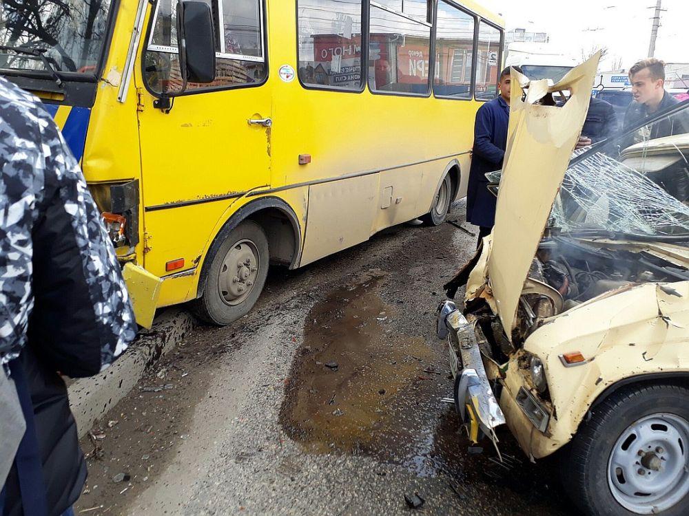 В Симферополе ВАЗ врезался в маршрутку: машина всмятку