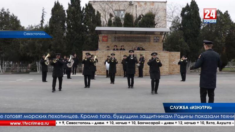 В рамках акции «День призывника» севастопольские школьники увидели военную технику и познакомились с военнослужащими