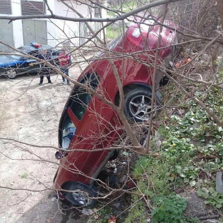 В Симферополе иномарка упала с высокого парапета