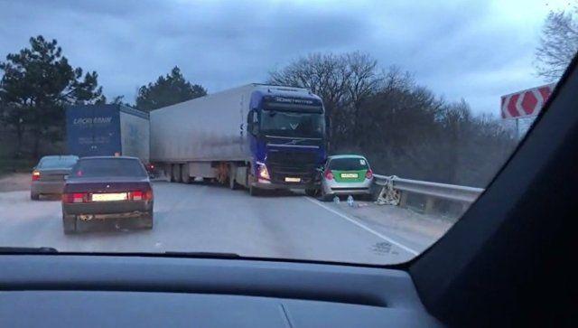 В Крыму грузовик зажал иномарку