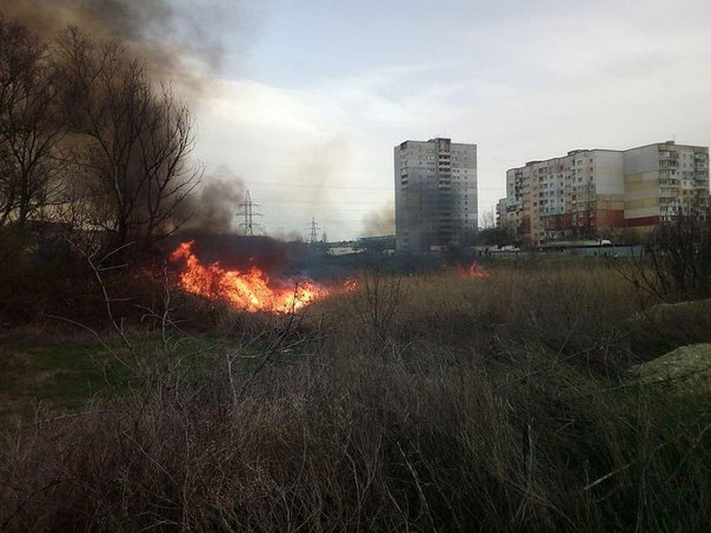 Столб дыма и огня: Недалеко от симферопольского ТЦ произошел пожар