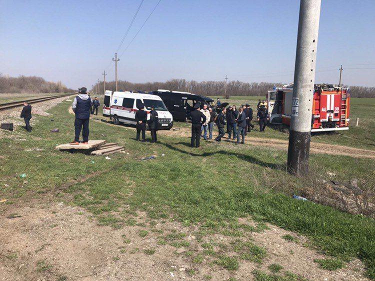 Пятеро погибших, уголовное дело и поручение Аксенова: что уже известно о столкновении поезда и микроавтобуса на севере Крыма