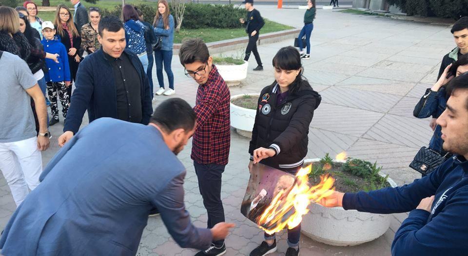 В Крыму на акции протеста сожгли портреты Трампа, Мэй и Макрона