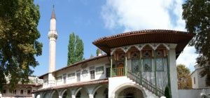 Началась укладка черепицы в мечети Ханского дворца