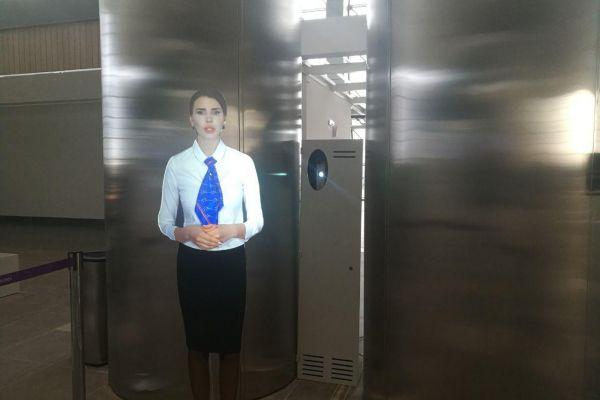 """В новом терминале аэропорта """"Симферополь"""" туристов встречают голограмма звезды шоу «Дом 2» и робот"""