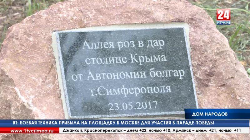 Высадка аллеи, песни и танцы. Жители полуострова отмечают день реабилитированных народов Крыма
