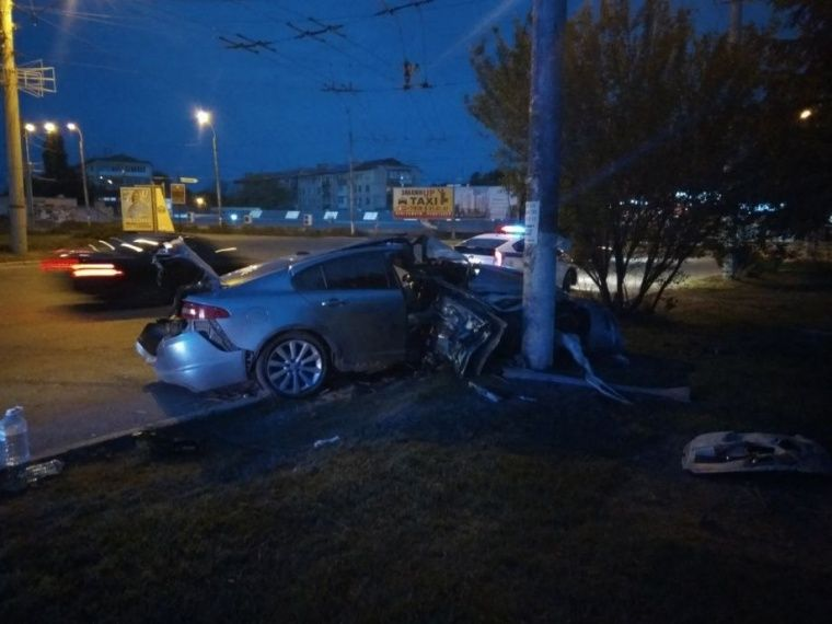 В Симферополе Jaguar врезался в столб