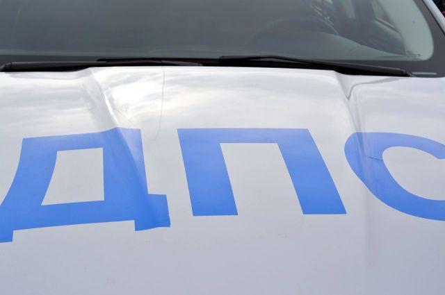 В Симферополе три человека пострадали во врезавшемся в столб Jaguar