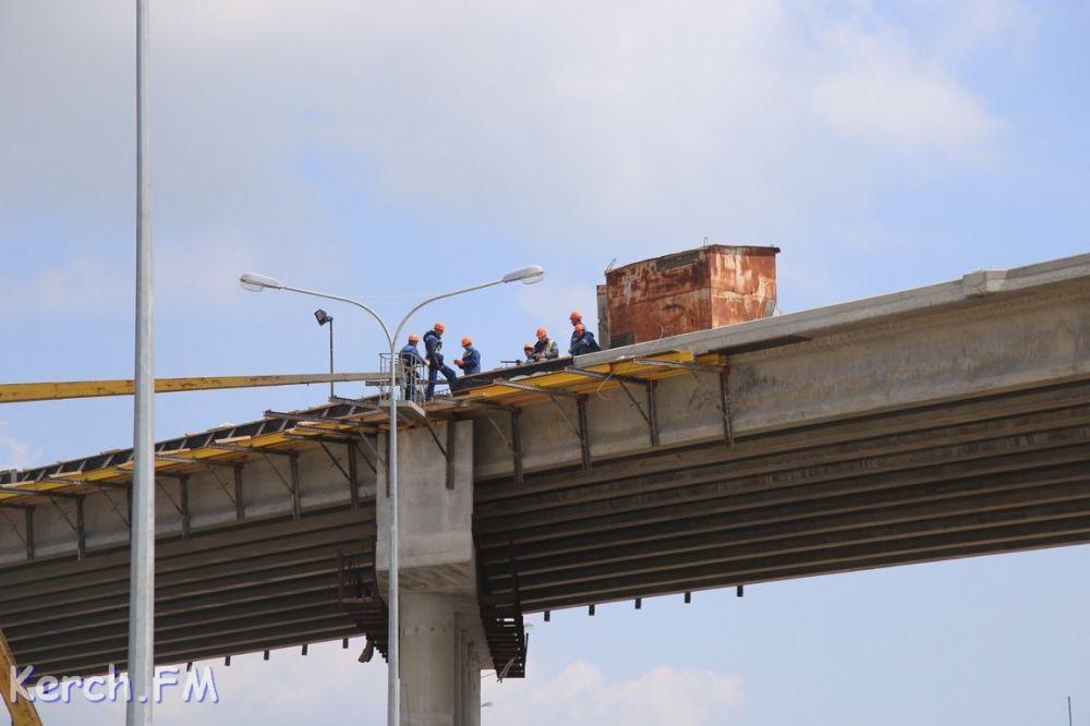 В Керчи на путепроводе над автоподходами уже укладывают асфальт