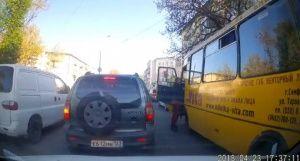 В Симферополе на дороге избили водителя автобуса