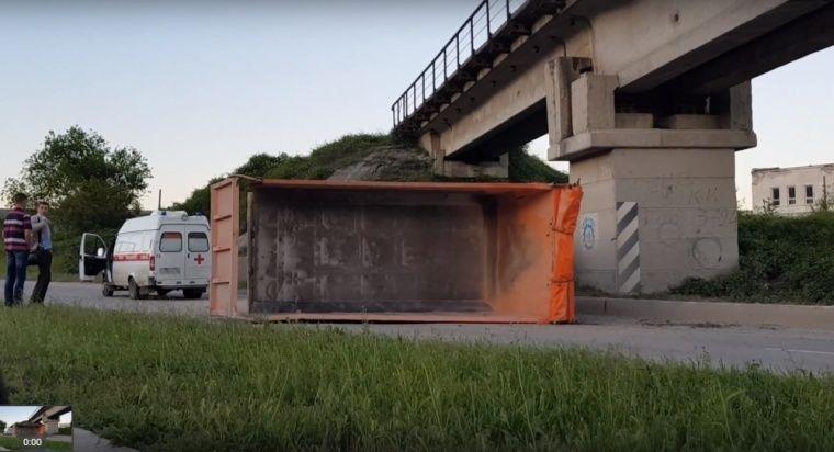 В Севастополе КамАз перевернулся под мостом