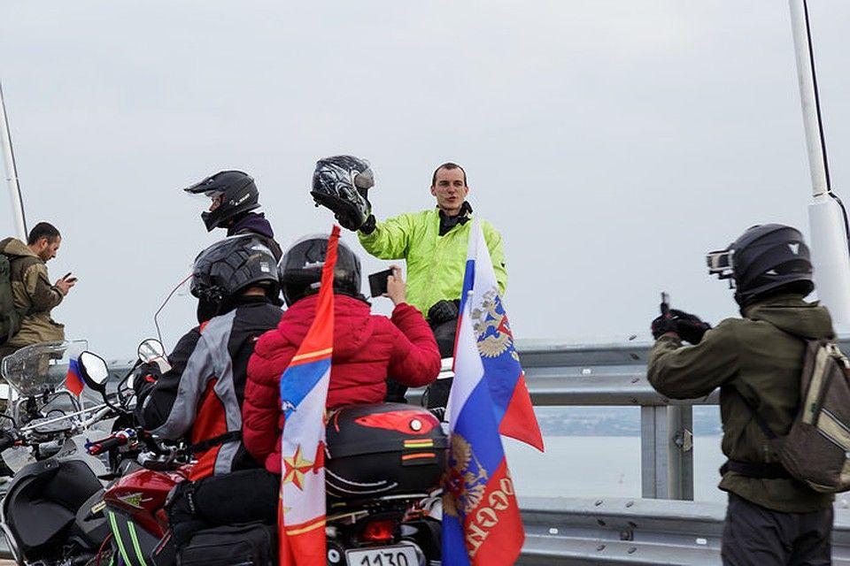 Байкеры из любви к селфи стали первыми нарушителями ПДД на Крымском мосту