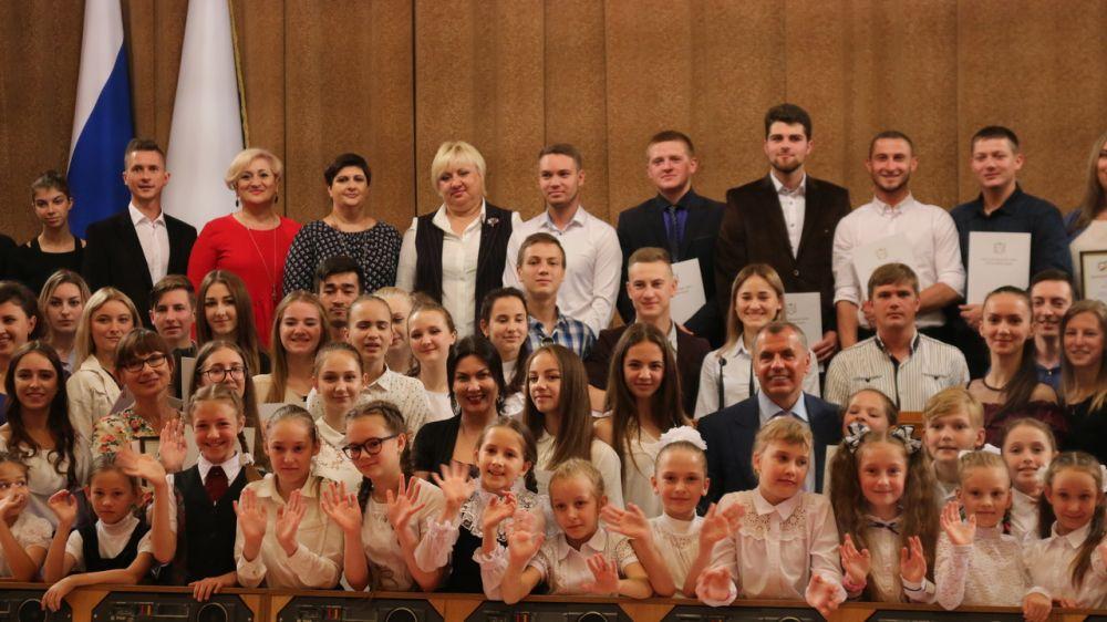 Арина Новосельская приняла участие в награждении детей и молодежи, представивших театрализованную композицию в рамках акции «Зажги свечу памяти»