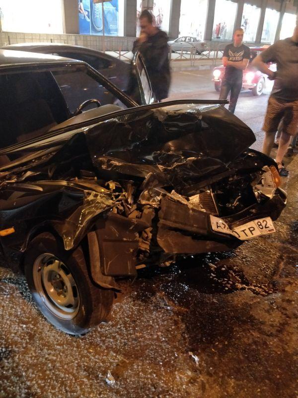 В Симферополе ВАЗ на бешеной скорости врезался в джип