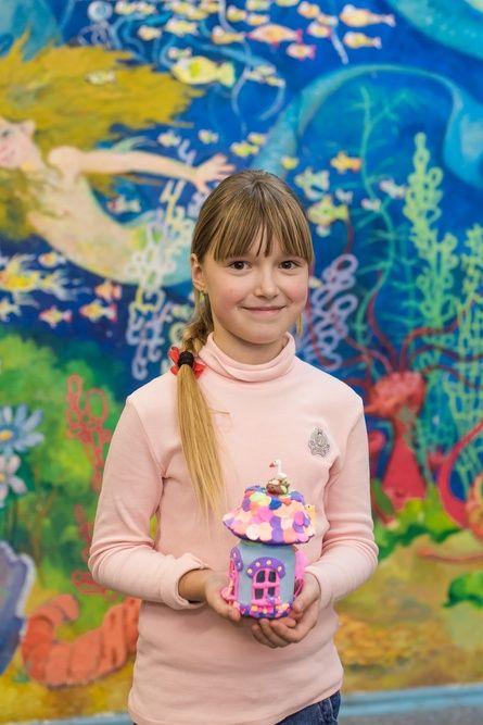 8-летняя художница из Крыма представила выставку иллюстраций «Алиса в стране чудес»