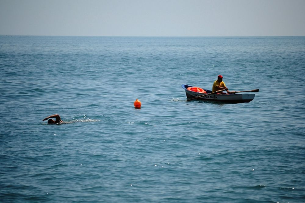 Крымские спасатели помогли жителю Санкт-Петербурга на весельной лодке вернуться к берегу
