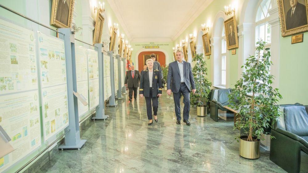 Сергей Аксёнов в Санкт-Петербурге посетил Горный университет, где пообщался с ректором вуза Владимиром Литвиненко