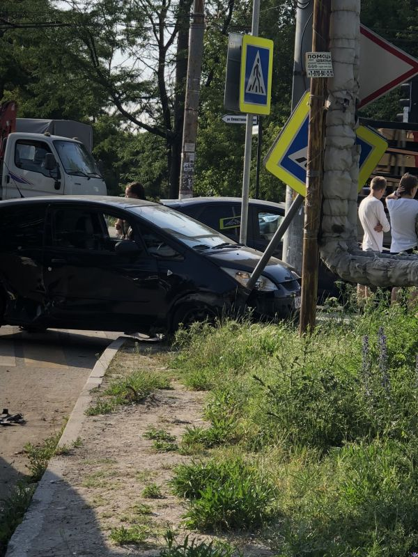 В Симферополе иномарка выехала на тротуар и завалила дорожный знак