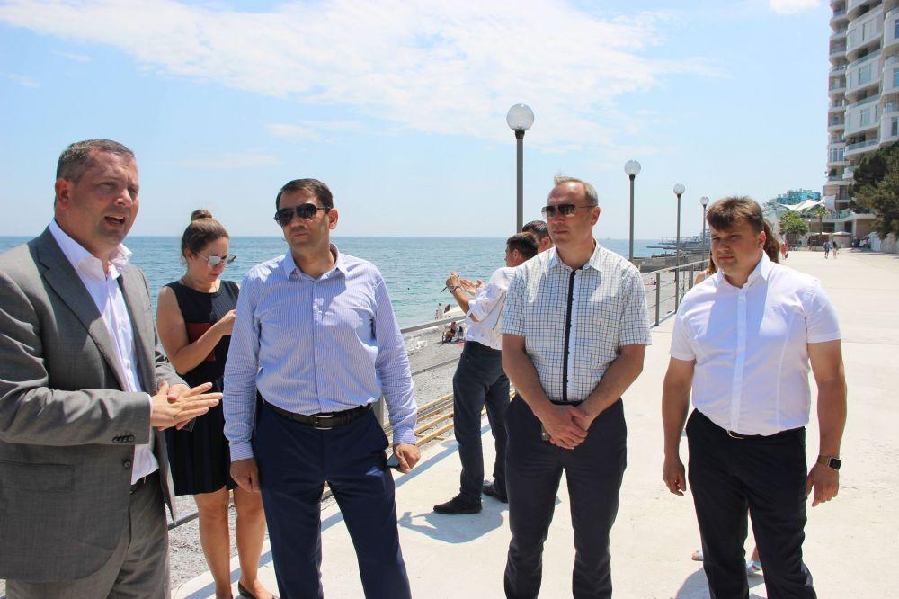 В Ялте глава администрации лично проверил готовность Приморского пляжа к курортному сезону