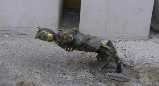 Вандалы повредили установленную четыре дня назад в Симферополе бронзовые фигурки пчел