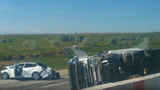 На Керченской трассе крупное ДТП: перевернулся грузовик, смято две машины