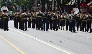 Военные оркестры выступили для симферопольцев в центре города