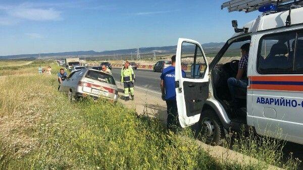 Сотрудники МЧС Крыма оказывают помощь в ликвидации последствий дорожно-транспортных происшествий