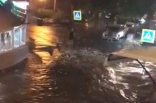 Воскресный дождь затопил центр Ялты