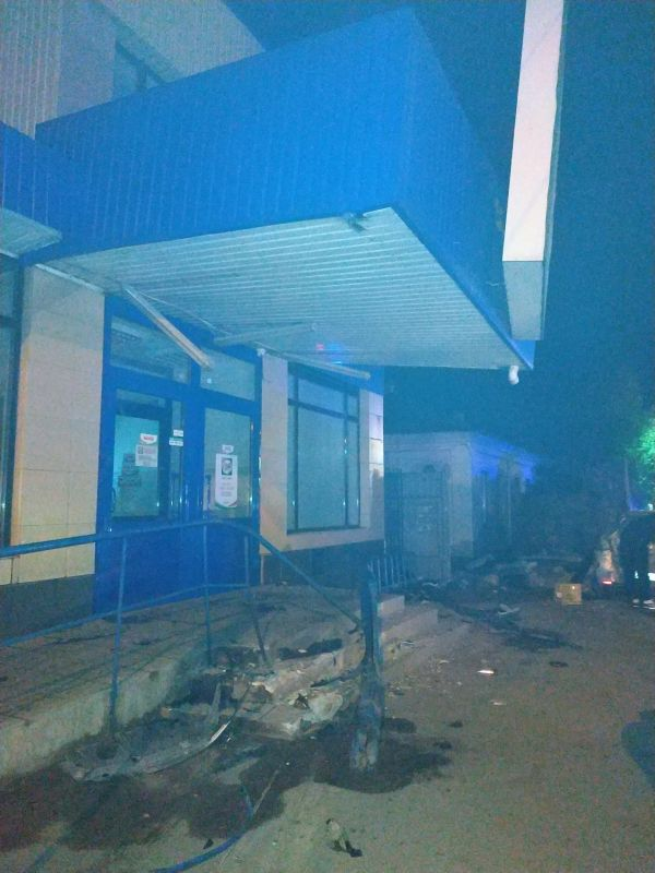 """Ночью в Симферополе иномарка чуть не въехала в магазин: водителя увезли на """"скорой"""""""