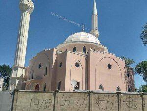 На главной мечети Белогорска вандалы нарисовали свастику