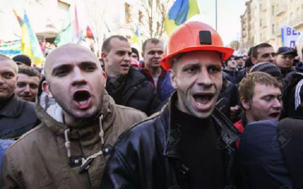 Срочно! Шахтеры пытаются прорваться в здание Рады в Киеве