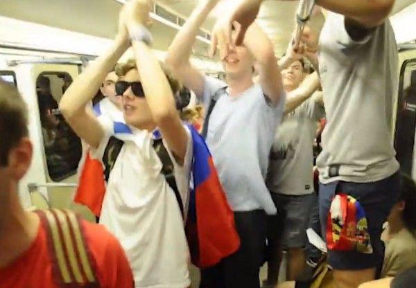 Болельщики раскачали вагон московского метро