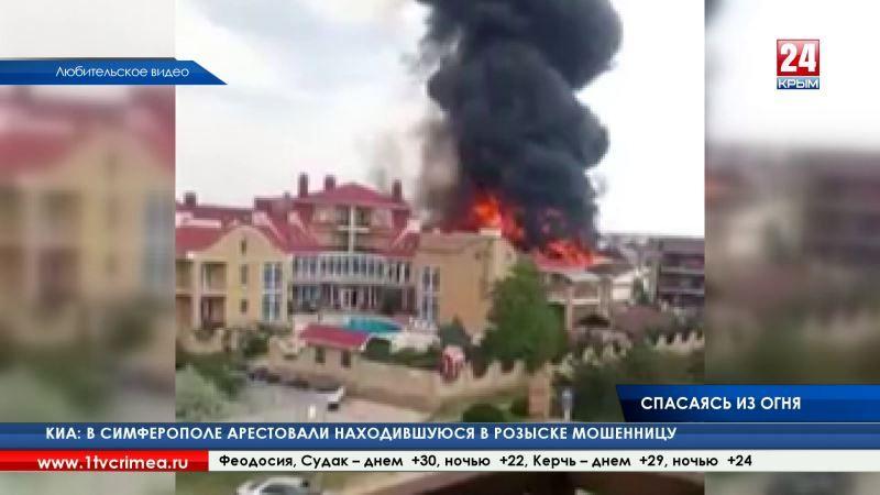 Пять пострадавших, в том числе семилетняя девочка. Спасаясь от пожара в одной из гостиниц Евпатории, людям пришлось выбрасываться из окон