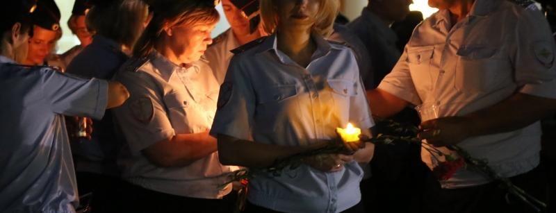 Центр Симферополя перекрыт: полицейские несут свечи и цветы
